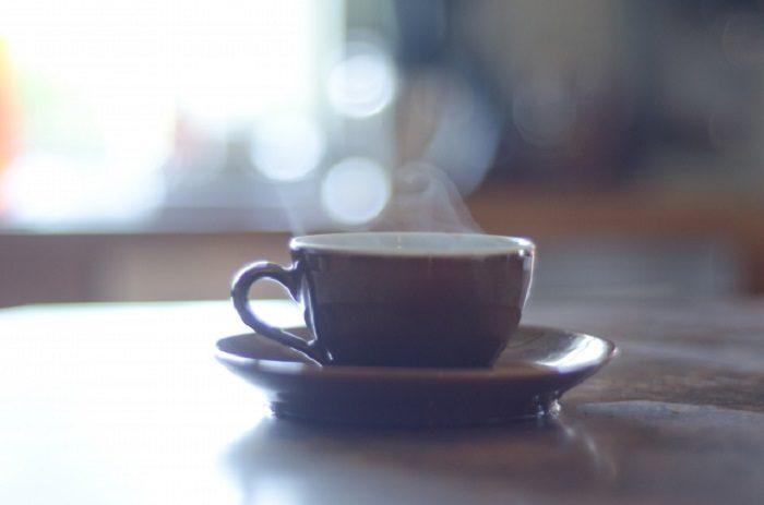 暖かい部屋でコーヒーを