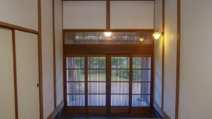 日本家屋タイプの玄関などにはカーテンの設置が難しいことも